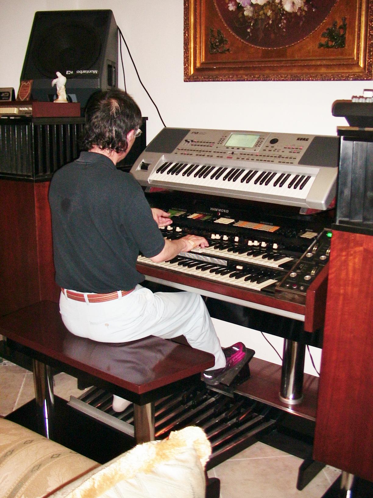 Mexico にて X-66 ハモンドを演奏